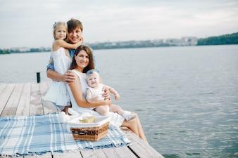 Duża rodzina w pobliżu jeziora