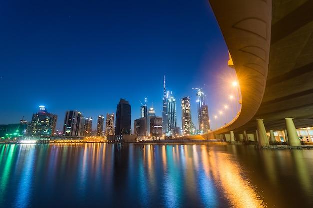 Dubai biznesu zatoka przy nocą