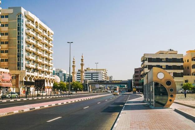 Dubai. klimatyzowany przystanek do transportu. stara deira w nowej metropolii dubaju. street al rigga.