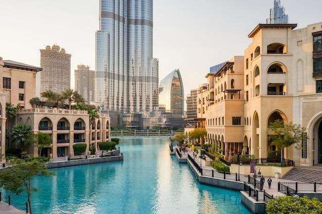 Dubai. luksusowe wnętrze marmurowego największego sklepu handlowego dubai mall