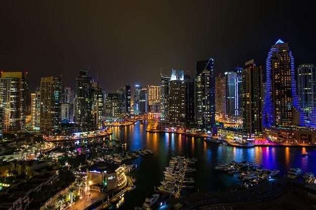 Dubai marina nocą.
