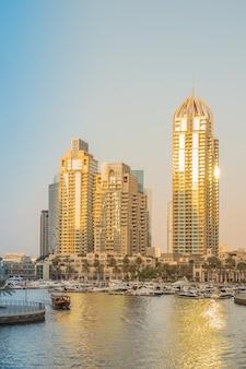 Dubai marina o zachodzie słońca