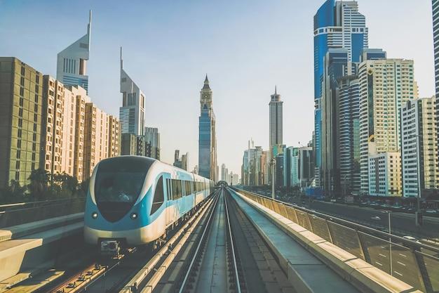 Dubai. metro w dubaju wczesnym rankiem.