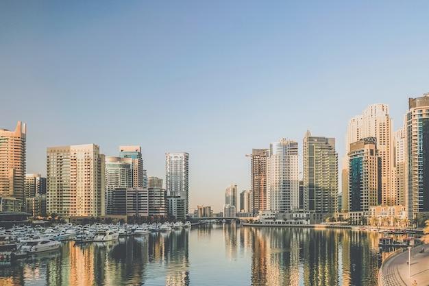Dubai. nabrzeże dubai marina wczesnym rankiem.