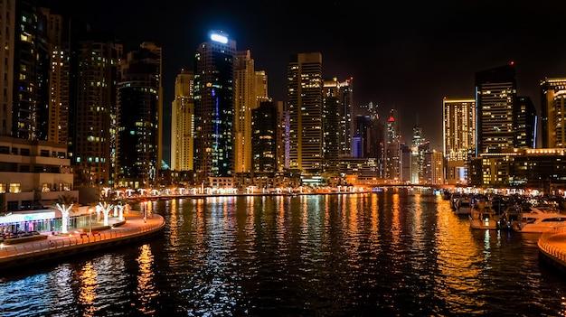 Dubai. noc dubai marina. nocny krajobraz miasta.