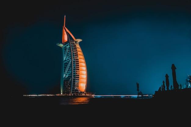 Dubai. noc dubaju. nocny krajobraz miasta.