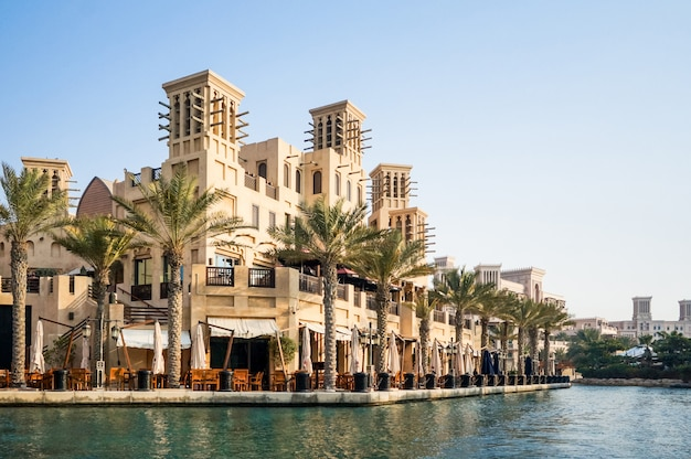 Dubai. souk madinat jumeirah w dubaju wczesnym rankiem.