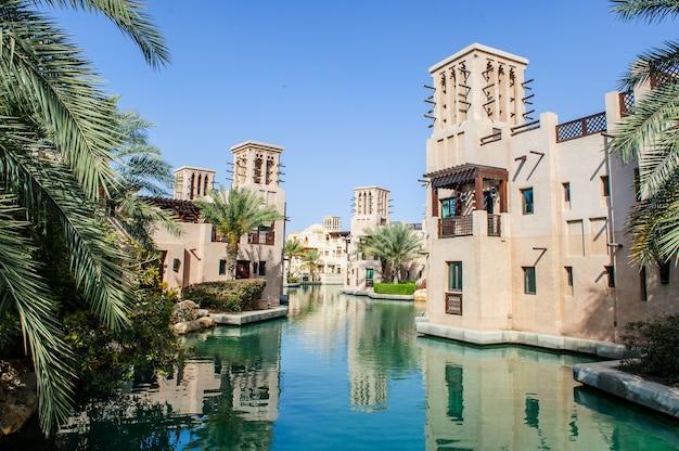 Dubai, zea - 05 kwietnia: kurort al qasr oznacza `` pałac '' naśladujący tradycyjną architekturę królewską