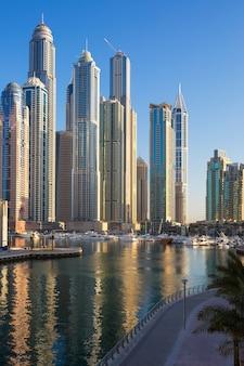 Dubai, zjednoczone emiraty arabskie - 11 listopada: widok na dubai marina towers w dubaju w zjednoczonych emiratach arabskich w listopadzie 11,2014. dubai marina to dzielnica dubaju i miasto ze sztucznym kanałem.