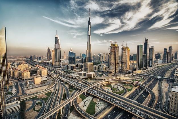 Dubaj linia horyzontu z pięknym miastem