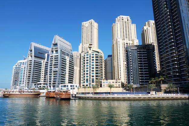 Dubaj pejzaż miejski z budynkami i łodziami