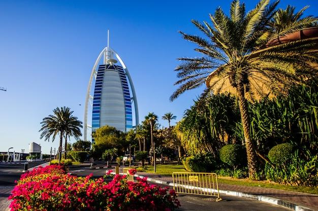 Dubaj, zjednoczone emiraty arabskie - 10 października 2017 r.: widok na hotel burj al arab z madinat jumeirah w dubaju, zjednoczone emiraty arabskie. burj al arab o wysokości 321 metrów jest najbardziej luksusowym 7 gwiazdkowym hotelem i symbolem współczesnego dubaju.