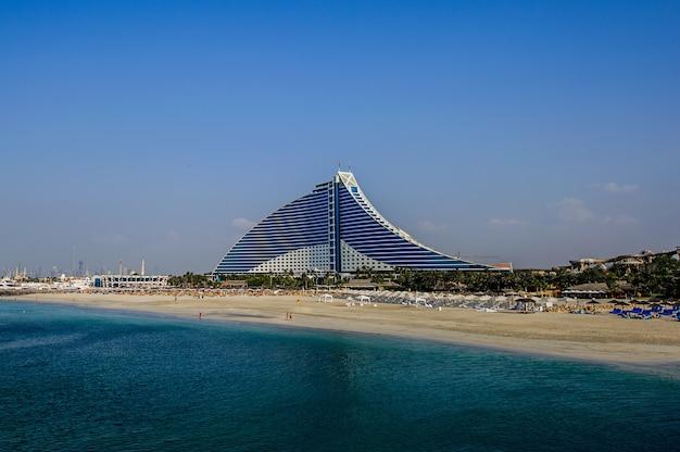 Dubaj, zjednoczone emiraty arabskie-18 listopada: jumeirah beach hotel w dniu 18 listopada 2017 r. w dubaju. drugi rok z rzędu hotel został wybrany najlepszym hotelem na bliskim wschodzie w 2011 roku w konkursie business traveller awards, który odbył się w niemczech.