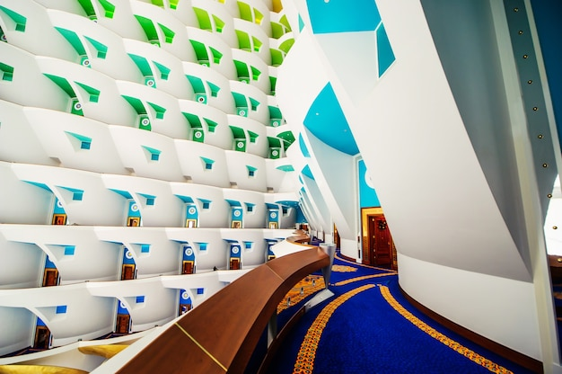 Dubaj, zjednoczone emiraty arabskie - 21 listopada: pierwszy na świecie siedem gwiazdek luksusowy hotel burj al arab, 21 listopada 2018 r. w dubaju, zjednoczone emiraty arabskie