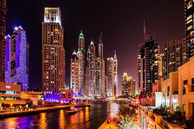 Dubaj, zjednoczone emiraty arabskie - 21 marca: dubai marina o zmierzchu 21 marca 2016 r., dubaj, zjednoczone emiraty arabskie. w mieście sztuczny kanał o długości 3 kilometrów wzdłuż zatoki perskiej.