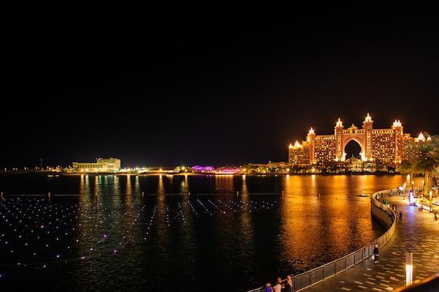 Dubaj, zjednoczone emiraty arabskie - 5 lutego 2020 potwierdzono, że fontanna w dubai's the pointe at palm jumeirah jest największą na świecie