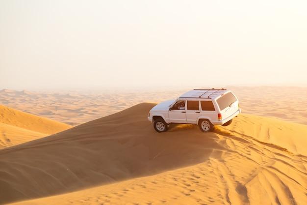 Dubaj, zjednoczone emiraty arabskie, pustynia: wyścigi samochodowe. redakcyjny