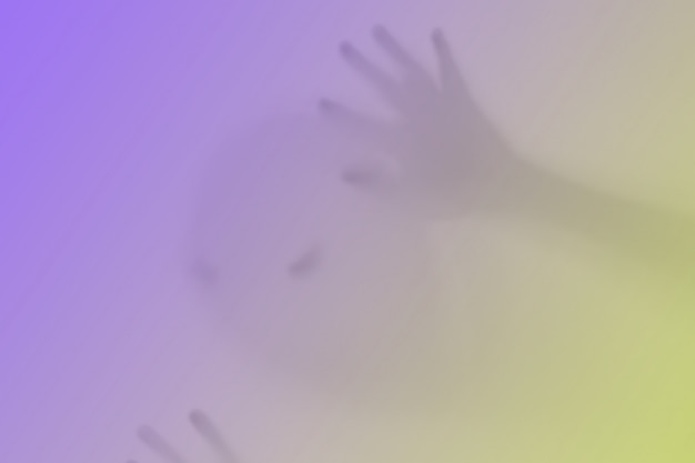 Duch przypominający kolor dyni za szkłem. okropny i okropny koszmar
