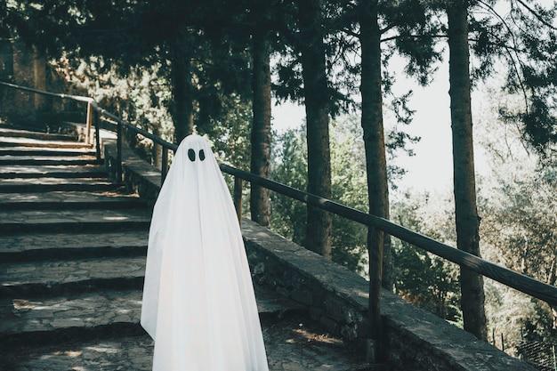Duch stojący na schodach w parku