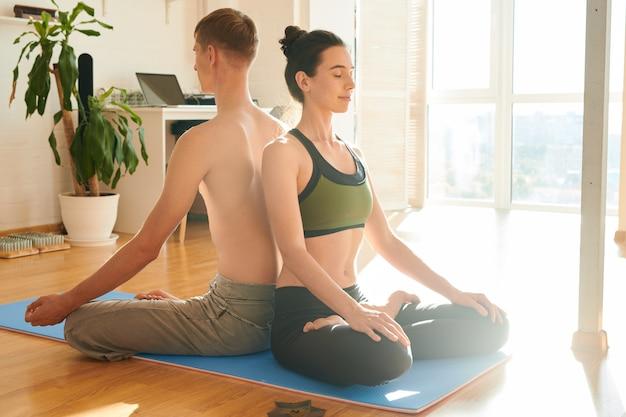 Duchowa para medytuje razem w domu