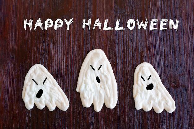 Duchy beza, jedzenie dla dzieci na halloween, leży na drewnianym stole