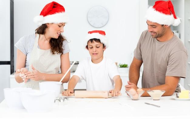 Dumni rodzice patrząc na ich syna za pomocą wałka
