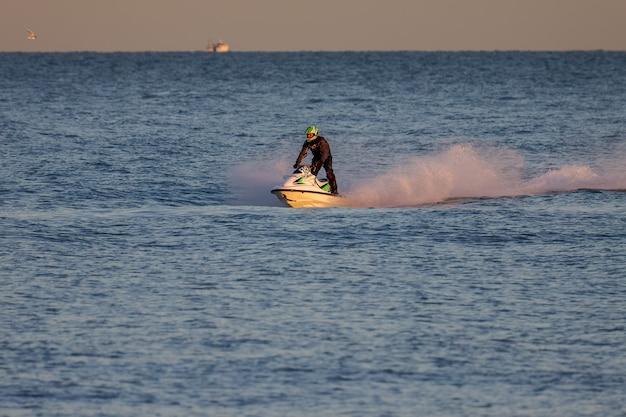 Dungeness, kent/uk - 17 grudnia: mężczyzna jedzie na nartach wodnych przy plaży dungeness w kent 17 grudnia 2008 roku. jedna niezidentyfikowana osoba