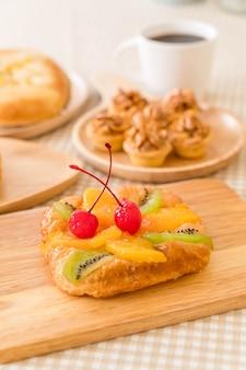 Duńskie mieszane owoce z dżemem