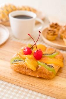 Duńskie owoce mieszane z dżemem
