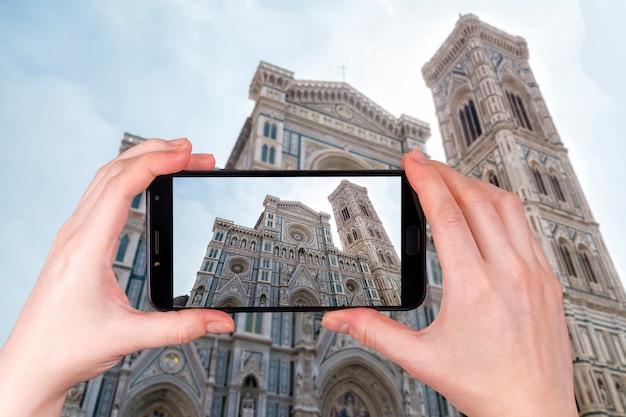 Duomo santa maria del fiore w piazzale michelangelo we florencji, toskania, włochy. turysta robi zdjęcie