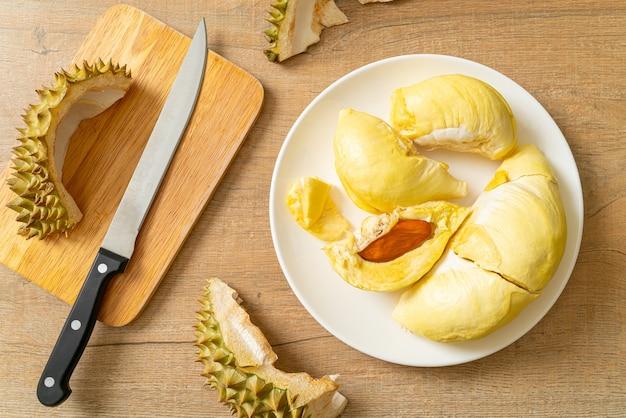 Durian dojrzały i świeży, skórka duriana na białym talerzu