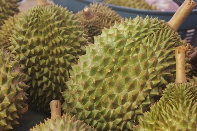 Durian jest sprzedawany na targu.