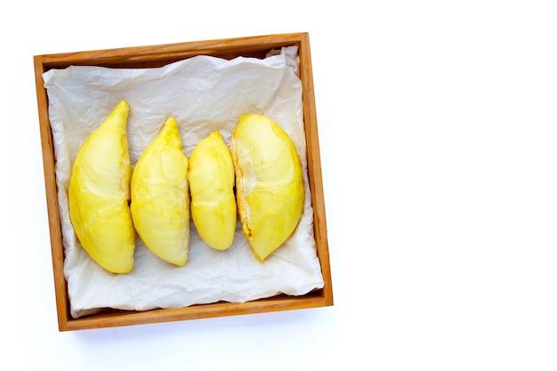 Durian na drewnianym pudełku na białym tle.