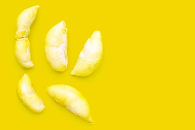 Durian na żółtym tle. skopiuj miejsce
