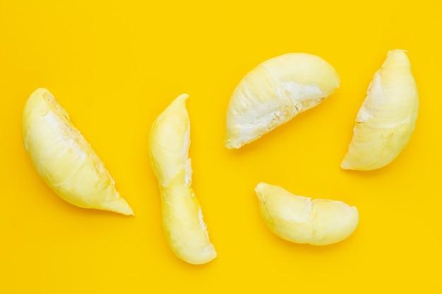 Durian na żółtym tle.