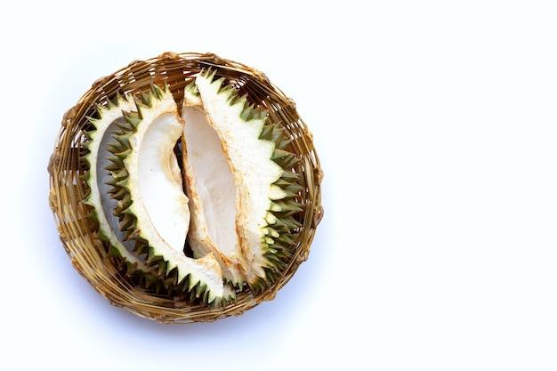 Durian skórka w bambusowym koszu na białym tle.
