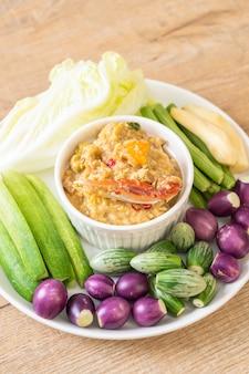 Dusić pastę chili z kraba lub kraba i dip sojowy z mlekiem kokosowym i warzywami