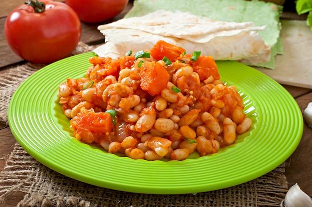 Duszona biała fasola i pokrojona dynia w sosie pomidorowym