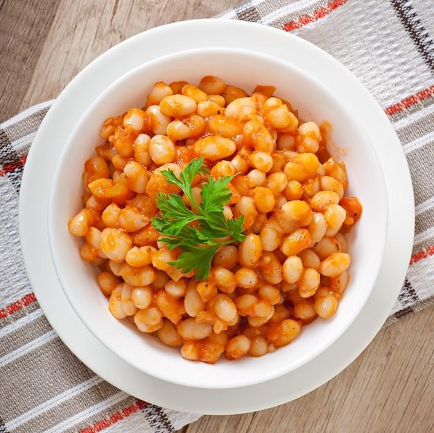 Duszona biała fasola w sosie pomidorowym