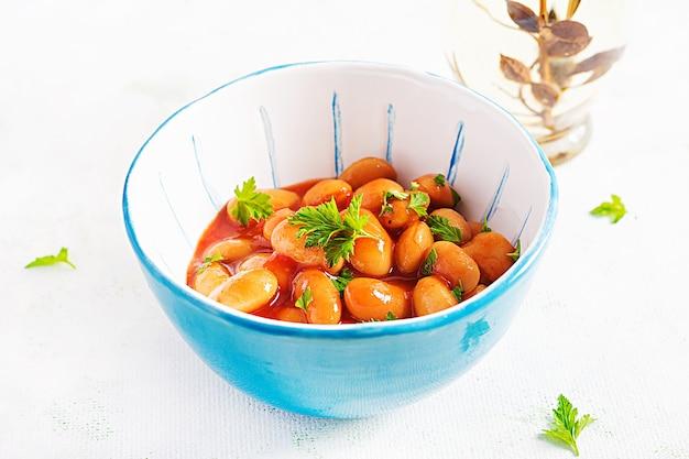 Duszona fasola w sosie pomidorowym z przyprawami. wegańskie jedzenie.