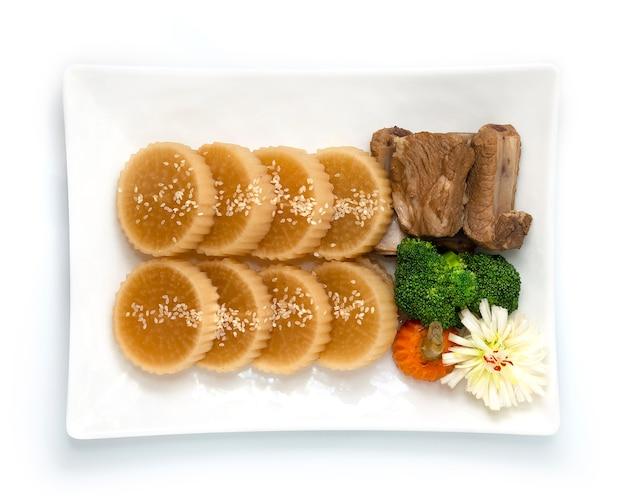 Duszona rzodkiew daikon z żeberkami wieprzowymi