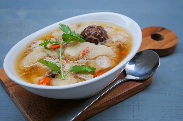 Duszona zupa wieprzowa z chińskim ziołem i bambusem, zupa grzybowa bambusowa