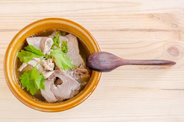 Duszona zupa wieprzowa z poranną chwałą i kiełkami fasoli na drewnie