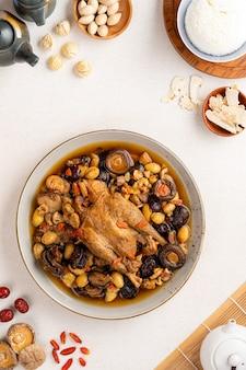 Duszona zupa z kurczaka z chińską medycyną ziołową ta zupa bardzo znana wśród chińskich potraw