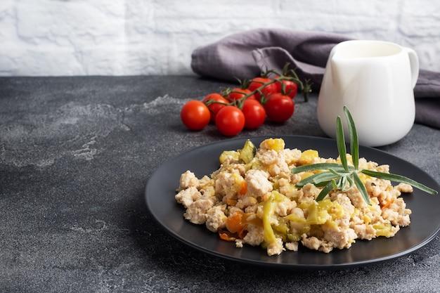Duszone mięso mielone z kurczaka z warzywami i papryką z cukinii