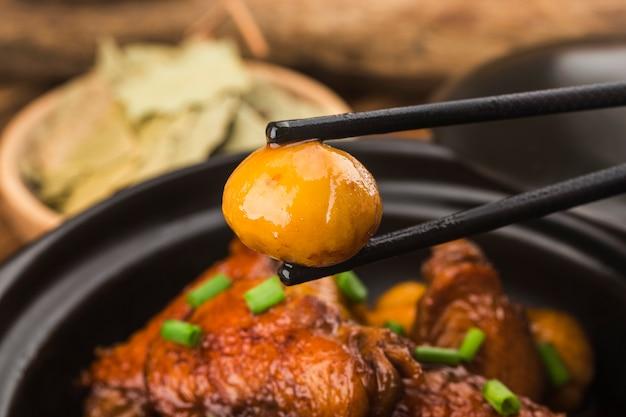 Duszone skrzydełka kurczaka z kasztanem
