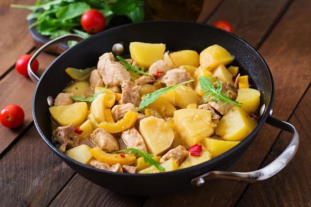 Duszone ziemniaki z mięsem i warzywami w brytfannie