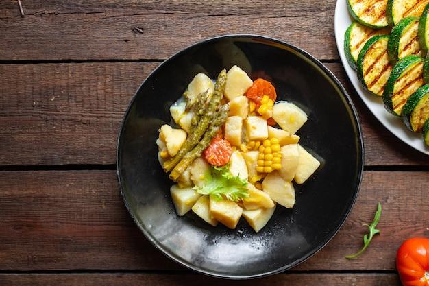 Duszone ziemniaki z warzywami gulasz bez mięsa ragout kuchnia domowa żywność produkt ekologiczny posiłek przekąska