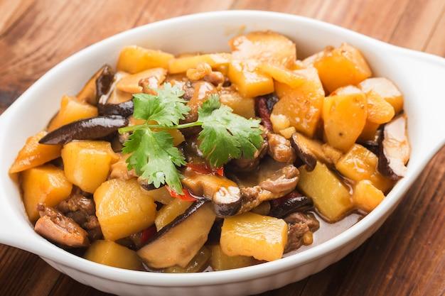 Duszony kurczak z ziemniakami i grzybami