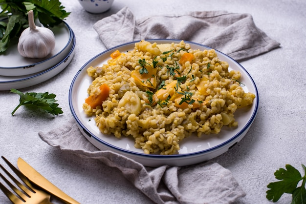 Duszony zdrowy bulgur z warzywami